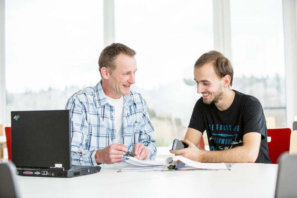 Zwei Männer im Büro